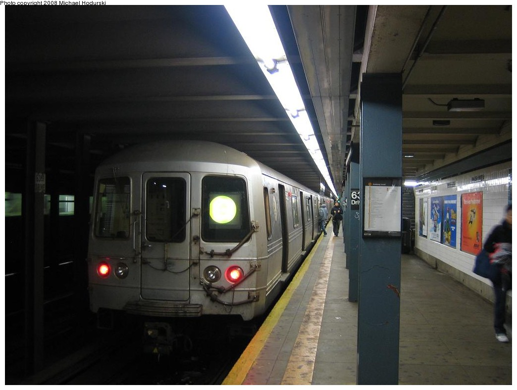 (152k, 1044x788)<br><b>Country:</b> United States<br><b>City:</b> New York<br><b>System:</b> New York City Transit<br><b>Line:</b> IND Queens Boulevard Line<br><b>Location:</b> 63rd Drive/Rego Park <br><b>Route:</b> G<br><b>Car:</b> R-46 (Pullman-Standard, 1974-75) 5562 <br><b>Photo by:</b> Michael Hodurski<br><b>Date:</b> 1/1/2008<br><b>Viewed (this week/total):</b> 1 / 2306