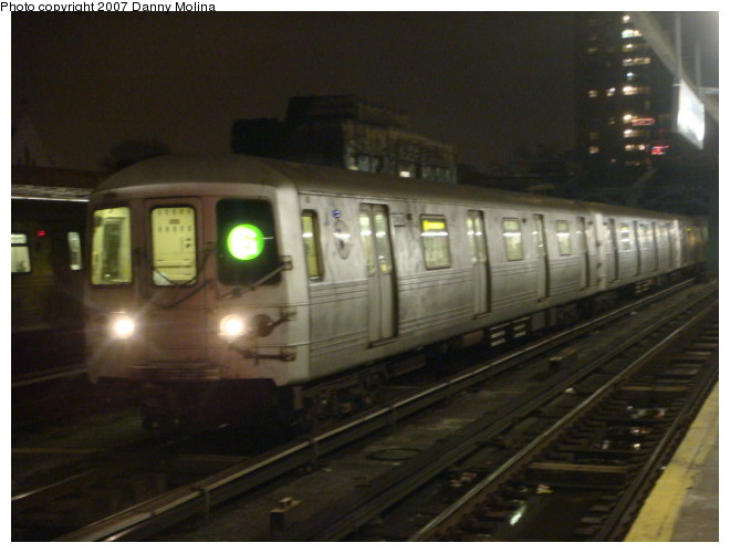(83k, 660x500)<br><b>Country:</b> United States<br><b>City:</b> New York<br><b>System:</b> New York City Transit<br><b>Line:</b> IND Crosstown Line<br><b>Location:</b> 4th Avenue <br><b>Route:</b> G<br><b>Car:</b> R-46 (Pullman-Standard, 1974-75) 6070 <br><b>Photo by:</b> Danny Molina<br><b>Date:</b> 12/27/2007<br><b>Viewed (this week/total):</b> 3 / 2162