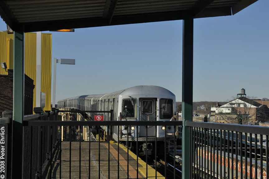 (158k, 864x574)<br><b>Country:</b> United States<br><b>City:</b> New York<br><b>System:</b> New York City Transit<br><b>Line:</b> BMT Nassau Street/Jamaica Line<br><b>Location:</b> 121st Street <br><b>Route:</b> J<br><b>Car:</b> R-42 (St. Louis, 1969-1970)  4735 <br><b>Photo by:</b> Peter Ehrlich<br><b>Date:</b> 1/3/2008<br><b>Notes:</b> Approaching 121st Street outbound.<br><b>Viewed (this week/total):</b> 2 / 1806