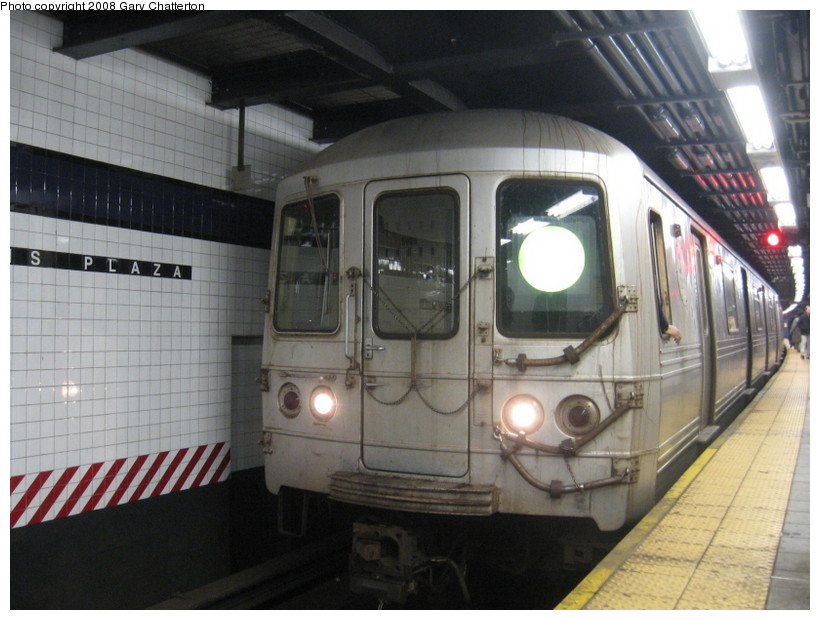 (130k, 820x620)<br><b>Country:</b> United States<br><b>City:</b> New York<br><b>System:</b> New York City Transit<br><b>Line:</b> IND Queens Boulevard Line<br><b>Location:</b> Queens Plaza <br><b>Route:</b> G<br><b>Car:</b> R-46 (Pullman-Standard, 1974-75) 6218 <br><b>Photo by:</b> Gary Chatterton<br><b>Date:</b> 12/23/2007<br><b>Viewed (this week/total):</b> 0 / 1613