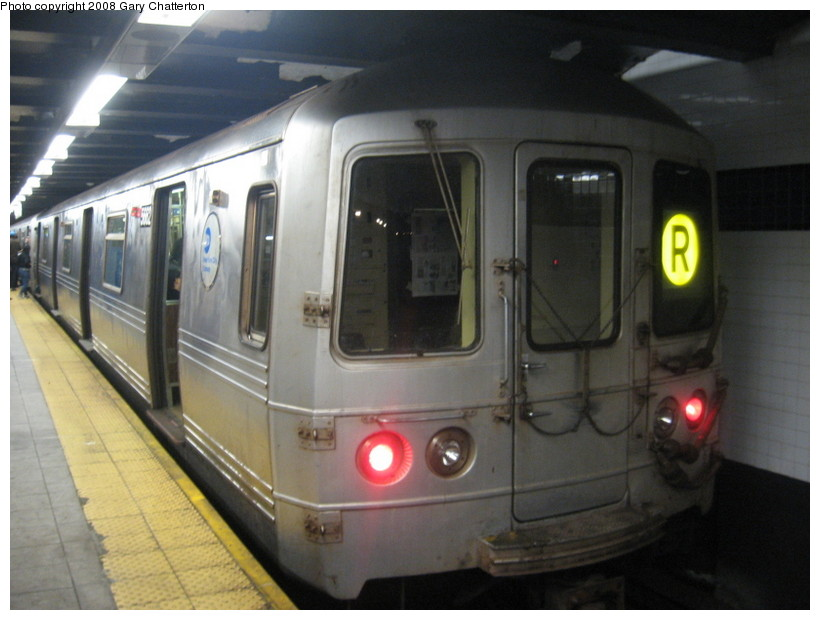 (113k, 820x620)<br><b>Country:</b> United States<br><b>City:</b> New York<br><b>System:</b> New York City Transit<br><b>Line:</b> IND Queens Boulevard Line<br><b>Location:</b> Roosevelt Avenue <br><b>Route:</b> R<br><b>Car:</b> R-46 (Pullman-Standard, 1974-75) 5662 <br><b>Photo by:</b> Gary Chatterton<br><b>Date:</b> 12/23/2007<br><b>Viewed (this week/total):</b> 2 / 1572