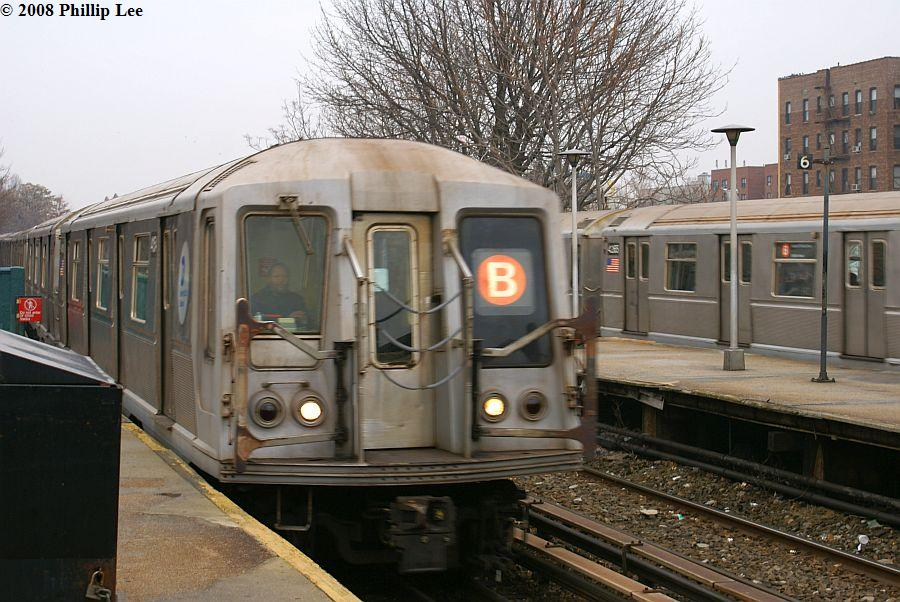 (137k, 900x602)<br><b>Country:</b> United States<br><b>City:</b> New York<br><b>System:</b> New York City Transit<br><b>Line:</b> BMT Brighton Line<br><b>Location:</b> Kings Highway <br><b>Route:</b> B<br><b>Car:</b> R-40 (St. Louis, 1968)   <br><b>Photo by:</b> Phillip Lee<br><b>Date:</b> 2/5/2008<br><b>Viewed (this week/total):</b> 5 / 1243