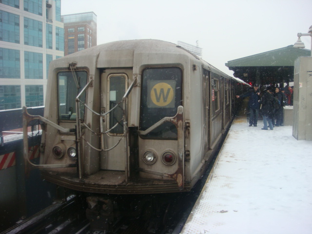 (106k, 640x480)<br><b>Country:</b> United States<br><b>City:</b> New York<br><b>System:</b> New York City Transit<br><b>Line:</b> BMT Astoria Line<br><b>Location:</b> Queensborough Plaza <br><b>Route:</b> W<br><b>Car:</b> R-40 (St. Louis, 1968)   <br><b>Photo by:</b> Danny Molina<br><b>Date:</b> 2/13/2008<br><b>Viewed (this week/total):</b> 0 / 1056