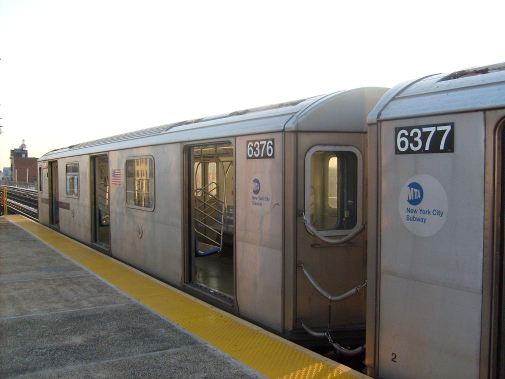(109k, 1010x758)<br><b>Country:</b> United States<br><b>City:</b> New York<br><b>System:</b> New York City Transit<br><b>Line:</b> IRT White Plains Road Line<br><b>Location:</b> 233rd Street <br><b>Route:</b> 2<br><b>Car:</b> R-142 (Primary Order, Bombardier, 1999-2002)  6376 <br><b>Photo by:</b> Leonard Wilson<br><b>Date:</b> 4/18/2008<br><b>Viewed (this week/total):</b> 3 / 2925