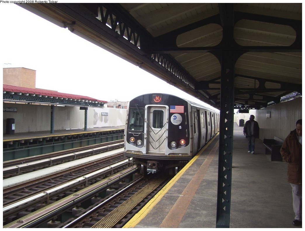 (201k, 1044x791)<br><b>Country:</b> United States<br><b>City:</b> New York<br><b>System:</b> New York City Transit<br><b>Line:</b> BMT Astoria Line<br><b>Location:</b> 39th/Beebe Aves. <br><b>Route:</b> N<br><b>Car:</b> R-160A/R-160B Series (Number Unknown)  <br><b>Photo by:</b> Roberto C. Tobar<br><b>Date:</b> 5/3/2008<br><b>Viewed (this week/total):</b> 4 / 980