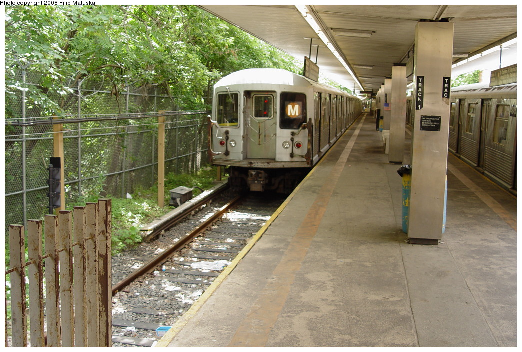 (263k, 1044x705)<br><b>Country:</b> United States<br><b>City:</b> New York<br><b>System:</b> New York City Transit<br><b>Line:</b> BMT Myrtle Avenue Line<br><b>Location:</b> Metropolitan Avenue <br><b>Route:</b> M<br><b>Car:</b> R-42 (St. Louis, 1969-1970)   <br><b>Photo by:</b> Filip Matuska<br><b>Date:</b> 6/7/2007<br><b>Viewed (this week/total):</b> 8 / 2273
