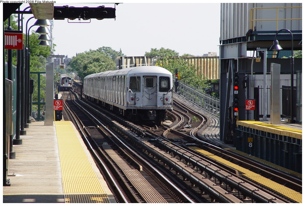 (269k, 1044x705)<br><b>Country:</b> United States<br><b>City:</b> New York<br><b>System:</b> New York City Transit<br><b>Line:</b> BMT Canarsie Line<br><b>Location:</b> Livonia Avenue <br><b>Route:</b> L<br><b>Car:</b> R-42 (St. Louis, 1969-1970)   <br><b>Photo by:</b> Filip Matuska<br><b>Date:</b> 6/7/2007<br><b>Viewed (this week/total):</b> 5 / 2271