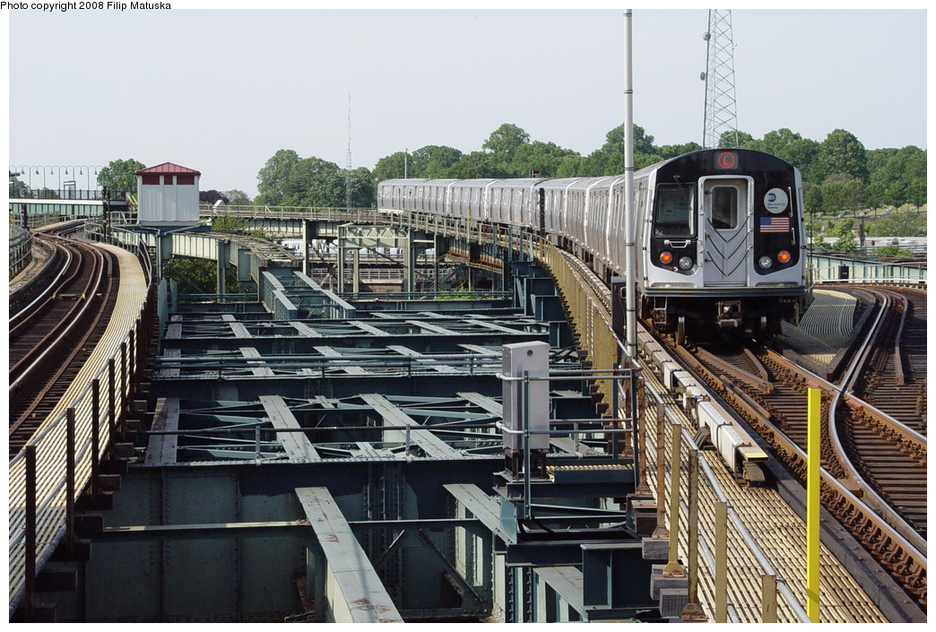 (257k, 1044x705)<br><b>Country:</b> United States<br><b>City:</b> New York<br><b>System:</b> New York City Transit<br><b>Line:</b> BMT Canarsie Line<br><b>Location:</b> Atlantic Avenue <br><b>Route:</b> L<br><b>Car:</b> R-143 (Kawasaki, 2001-2002)  <br><b>Photo by:</b> Filip Matuska<br><b>Date:</b> 6/7/2007<br><b>Viewed (this week/total):</b> 0 / 2106