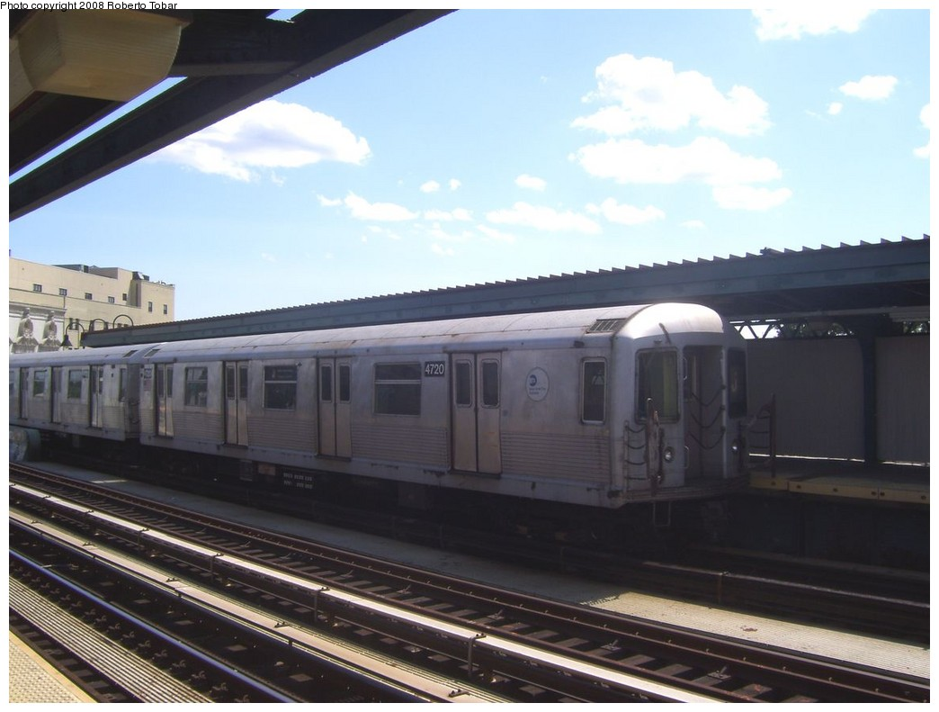 (166k, 1044x791)<br><b>Country:</b> United States<br><b>City:</b> New York<br><b>System:</b> New York City Transit<br><b>Line:</b> BMT Nassau Street/Jamaica Line<br><b>Location:</b> Gates Avenue <br><b>Route:</b> J<br><b>Car:</b> R-42 (St. Louis, 1969-1970)  4720 <br><b>Photo by:</b> Roberto C. Tobar<br><b>Date:</b> 8/16/2008<br><b>Viewed (this week/total):</b> 4 / 1138