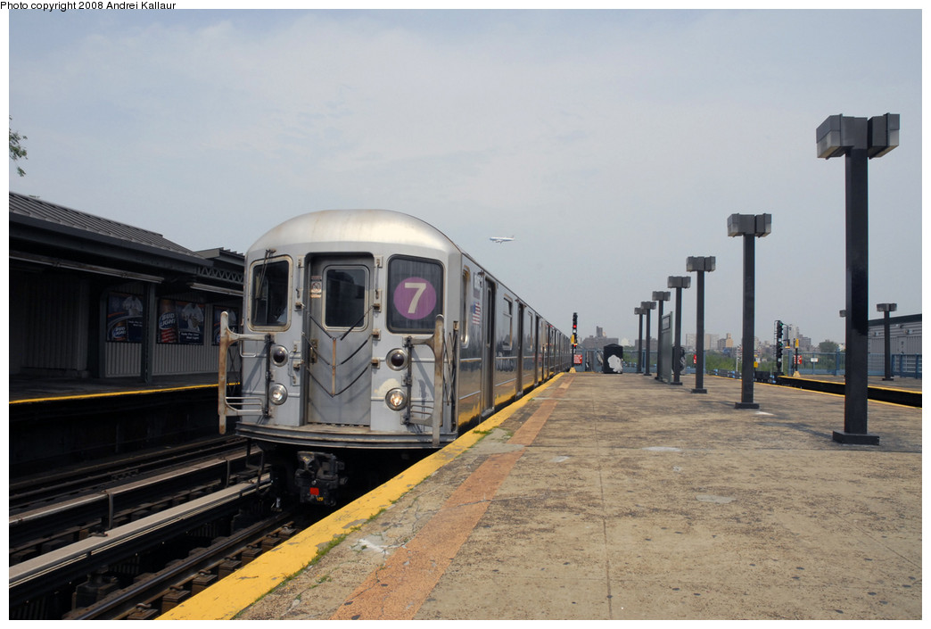 (206k, 1044x705)<br><b>Country:</b> United States<br><b>City:</b> New York<br><b>System:</b> New York City Transit<br><b>Line:</b> IRT Flushing Line<br><b>Location:</b> Willets Point/Mets (fmr. Shea Stadium) <br><b>Route:</b> 7<br><b>Car:</b> R-62A (Bombardier, 1984-1987)   <br><b>Photo by:</b> Andrei Kallaur<br><b>Date:</b> 10/27/2005<br><b>Viewed (this week/total):</b> 1 / 1128