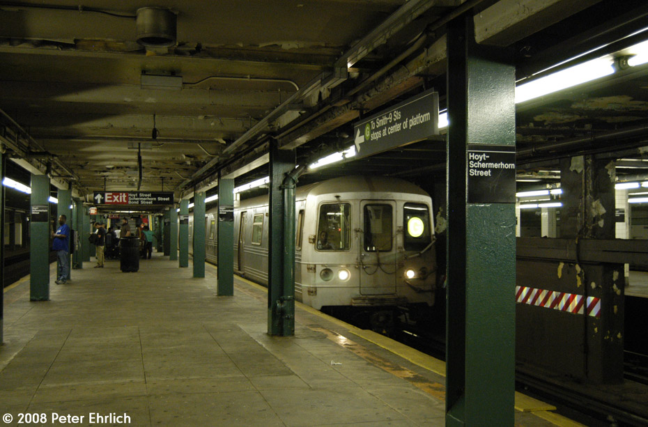 (204k, 930x613)<br><b>Country:</b> United States<br><b>City:</b> New York<br><b>System:</b> New York City Transit<br><b>Line:</b> IND Fulton Street Line<br><b>Location:</b> Hoyt-Schermerhorn Street <br><b>Route:</b> G<br><b>Car:</b> R-46 (Pullman-Standard, 1974-75) 6004 <br><b>Photo by:</b> Peter Ehrlich<br><b>Date:</b> 9/30/2008<br><b>Notes:</b> Hoyt-Schermerhorn Station.  G Line train southbound.<br><b>Viewed (this week/total):</b> 2 / 2355