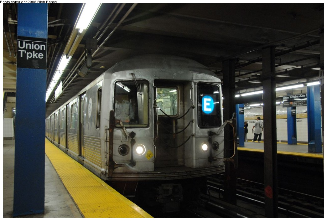 (158k, 1044x706)<br><b>Country:</b> United States<br><b>City:</b> New York<br><b>System:</b> New York City Transit<br><b>Line:</b> IND Queens Boulevard Line<br><b>Location:</b> Union Turnpike/Kew Gardens <br><b>Route:</b> E<br><b>Car:</b> R-42 (St. Louis, 1969-1970)  4633 <br><b>Photo by:</b> Richard Panse<br><b>Date:</b> 9/25/2008<br><b>Viewed (this week/total):</b> 2 / 2061