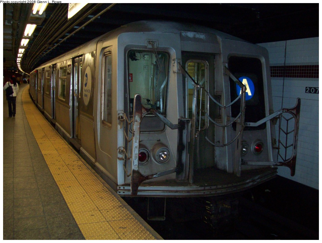 (192k, 1044x788)<br><b>Country:</b> United States<br><b>City:</b> New York<br><b>System:</b> New York City Transit<br><b>Line:</b> IND 8th Avenue Line<br><b>Location:</b> 207th Street <br><b>Route:</b> A<br><b>Car:</b> R-40 (St. Louis, 1968)  4439 <br><b>Photo by:</b> Glenn L. Rowe<br><b>Date:</b> 11/11/2008<br><b>Viewed (this week/total):</b> 0 / 861