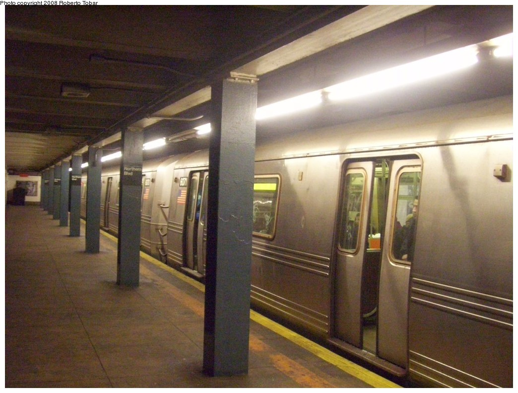 (203k, 1044x791)<br><b>Country:</b> United States<br><b>City:</b> New York<br><b>System:</b> New York City Transit<br><b>Line:</b> IND Queens Boulevard Line<br><b>Location:</b> Northern Boulevard <br><b>Car:</b> R-46 (Pullman-Standard, 1974-75)  <br><b>Photo by:</b> Roberto C. Tobar<br><b>Date:</b> 12/20/2008<br><b>Viewed (this week/total):</b> 3 / 1547
