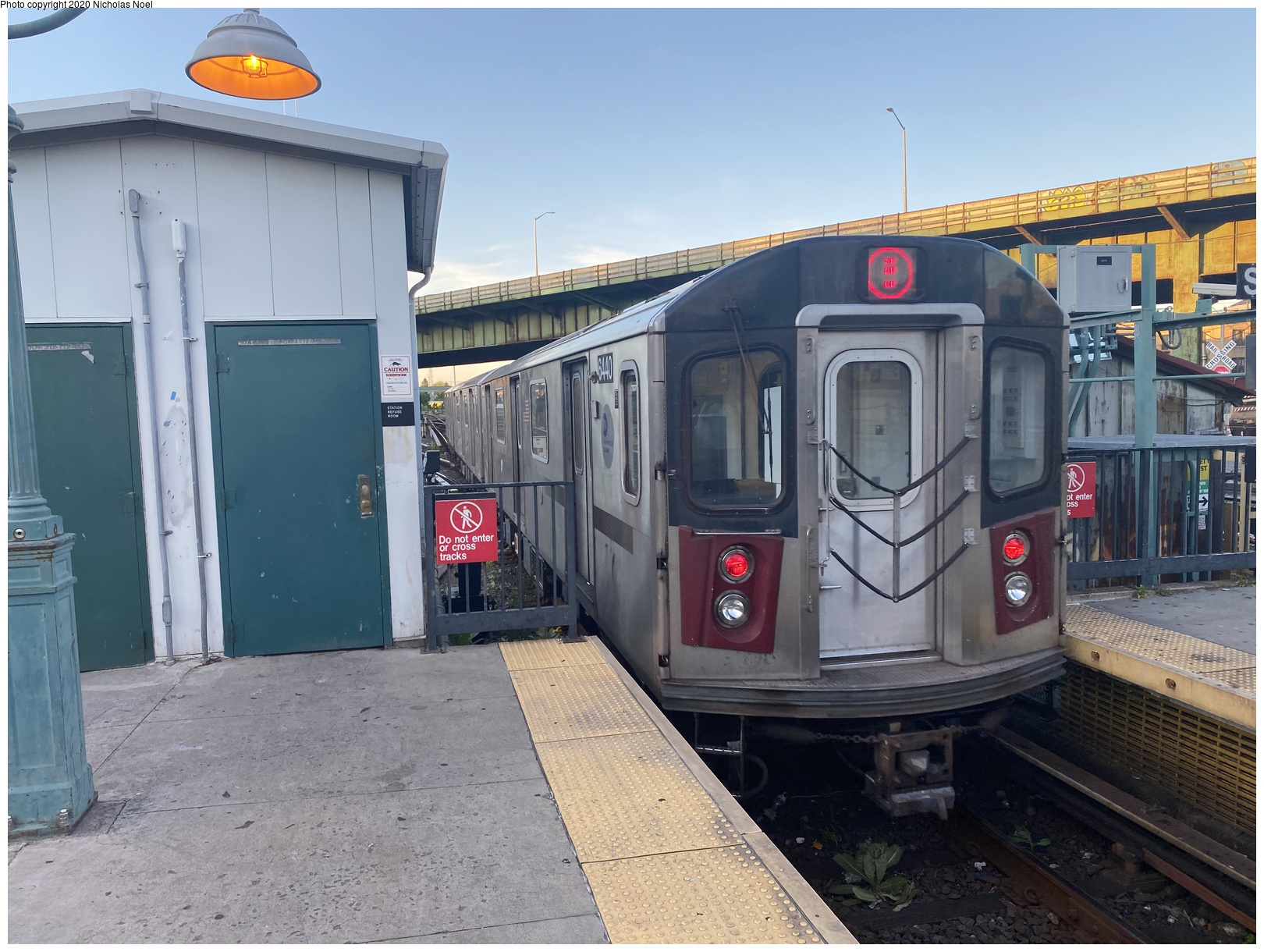 (190k, 1044x727)<br><b>Country:</b> United States<br><b>City:</b> New York<br><b>System:</b> New York City Transit<br><b>Line:</b> BMT Nassau Street/Jamaica Line<br><b>Location:</b> Broadway/East New York (Broadway Junction) <br><b>Route:</b> Work Service<br><b>Car:</b> BMT Elevated Gate Car  <br><b>Photo by:</b> Joel Shanus<br><b>Notes:</b> BU 1300 series Gate cars with flat car in middle in work service, circa 1954.<br><b>Viewed (this week/total):</b> 0 / 1404