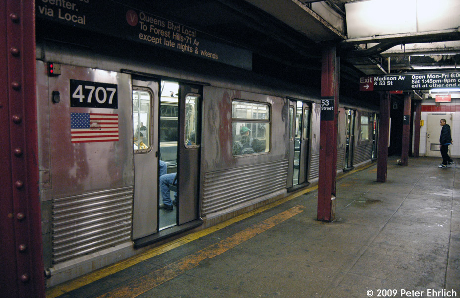 (221k, 930x603)<br><b>Country:</b> United States<br><b>City:</b> New York<br><b>System:</b> New York City Transit<br><b>Line:</b> IND Queens Boulevard Line<br><b>Location:</b> 5th Avenue/53rd Street <br><b>Route:</b> E<br><b>Car:</b> R-42 (St. Louis, 1969-1970)  4707 <br><b>Photo by:</b> Peter Ehrlich<br><b>Date:</b> 12/28/2008<br><b>Notes:</b> E Line outbound.<br><b>Viewed (this week/total):</b> 4 / 1623