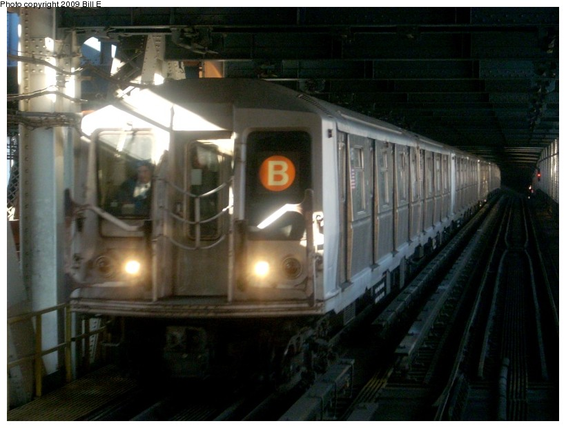 (146k, 820x620)<br><b>Country:</b> United States<br><b>City:</b> New York<br><b>System:</b> New York City Transit<br><b>Location:</b> Manhattan Bridge<br><b>Route:</b> B<br><b>Car:</b> R-40 (St. Louis, 1968)   <br><b>Photo by:</b> Bill E.<br><b>Date:</b> 1/29/2009<br><b>Viewed (this week/total):</b> 3 / 1226