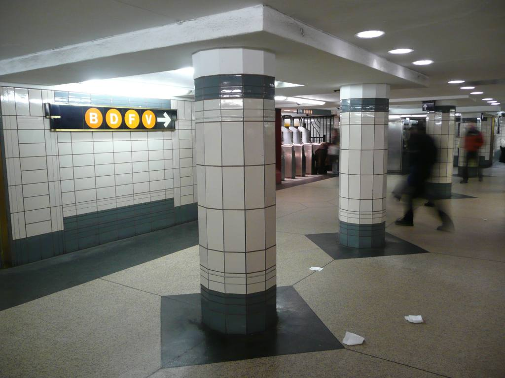 (104k, 1024x768)<br><b>Country:</b> United States<br><b>City:</b> New York<br><b>System:</b> New York City Transit<br><b>Line:</b> IND 6th Avenue Line<br><b>Location:</b> 47-50th Street/Rockefeller Center <br><b>Photo by:</b> Robbie Rosenfeld<br><b>Date:</b> 3/2/2009<br><b>Notes:</b> Station concourse.<br><b>Viewed (this week/total):</b> 1 / 1340