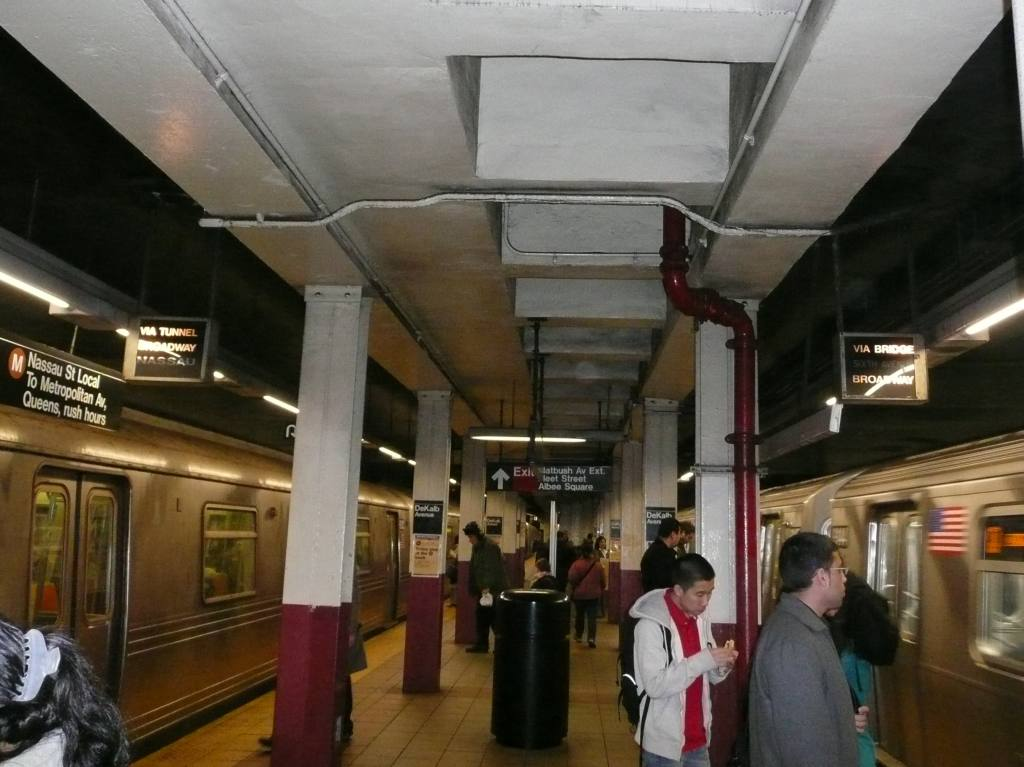 (93k, 1024x767)<br><b>Country:</b> United States<br><b>City:</b> New York<br><b>System:</b> New York City Transit<br><b>Location:</b> DeKalb Avenue<br><b>Photo by:</b> Robbie Rosenfeld<br><b>Date:</b> 3/9/2009<br><b>Notes:</b> Platform view.<br><b>Viewed (this week/total):</b> 0 / 1076
