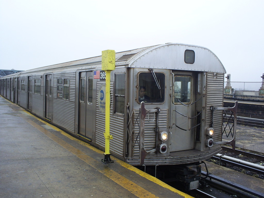 (242k, 1024x768)<br><b>Country:</b> United States<br><b>City:</b> New York<br><b>System:</b> New York City Transit<br><b>Line:</b> IND Crosstown Line<br><b>Location:</b> Smith/9th Street <br><b>Route:</b> F<br><b>Car:</b> R-32 (Budd, 1964)  3650 <br><b>Photo by:</b> Christopher Henderson<br><b>Date:</b> 3/11/2009<br><b>Viewed (this week/total):</b> 3 / 728