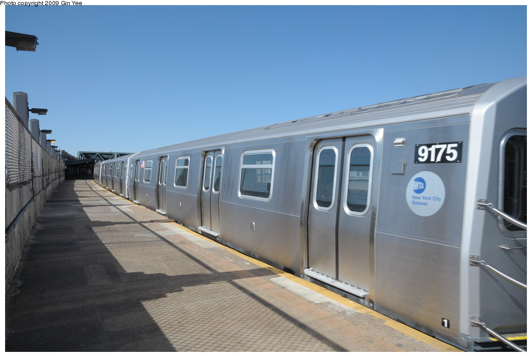(207k, 1044x700)<br><b>Country:</b> United States<br><b>City:</b> New York<br><b>System:</b> New York City Transit<br><b>Line:</b> IND Crosstown Line<br><b>Location:</b> Smith/9th Street <br><b>Route:</b> Testing<br><b>Car:</b> R-160B (Option 1) (Kawasaki, 2008-2009)  9175 <br><b>Photo by:</b> Gin Yee<br><b>Date:</b> 3/23/2009<br><b>Viewed (this week/total):</b> 3 / 990